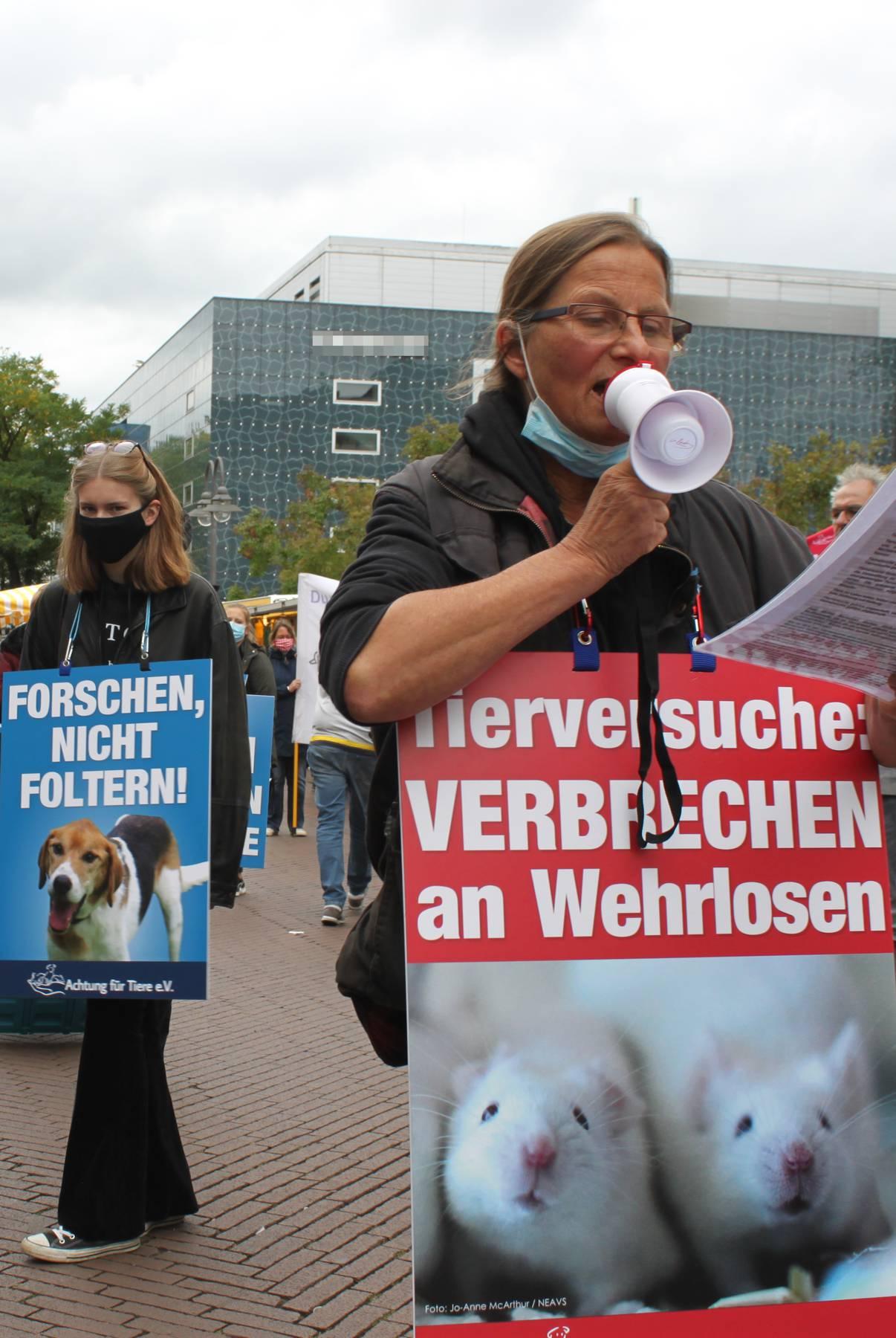 Demo_gegen_Tierversuche_Demonstrierende_Demozug_Rede