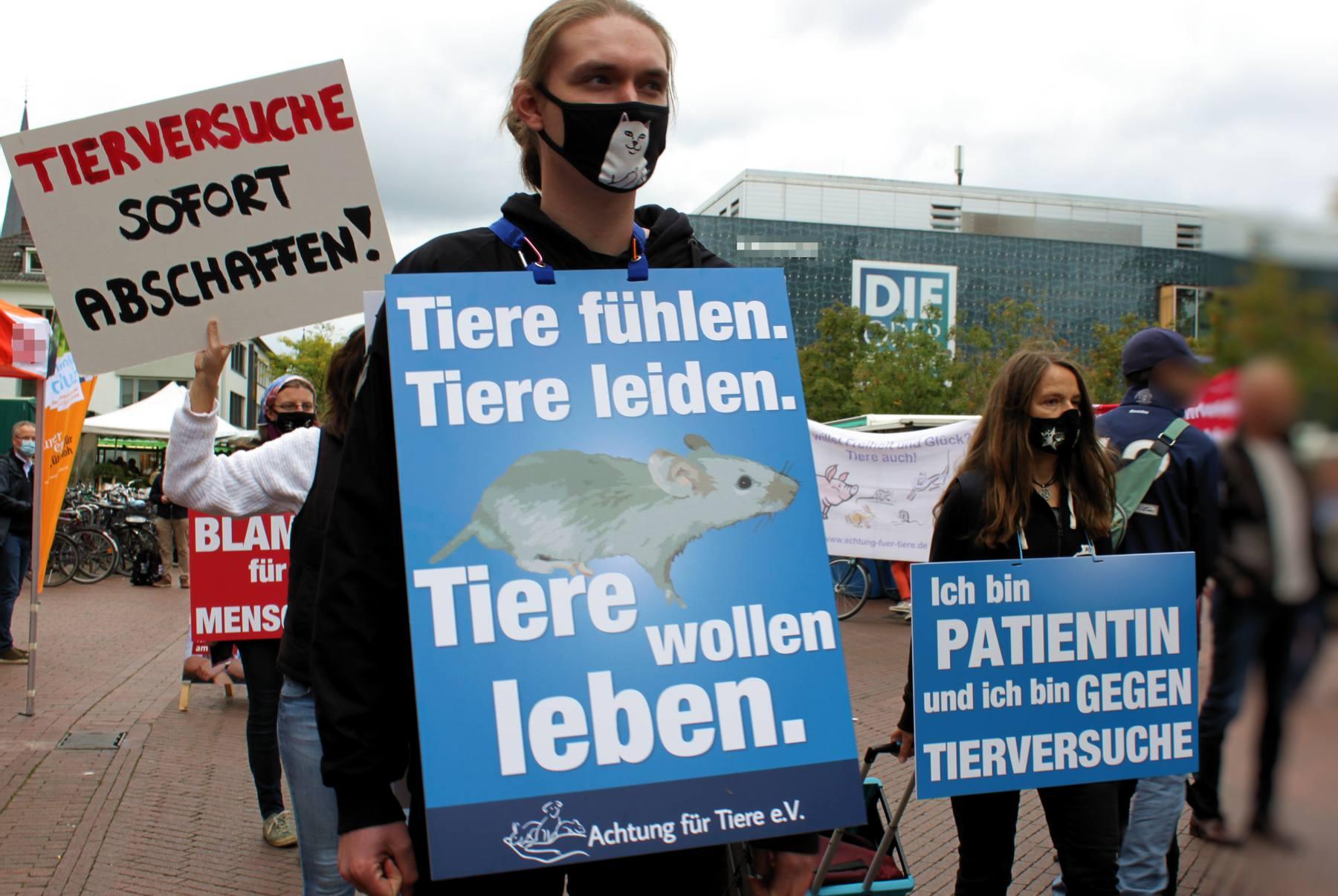 Demomaterial_im_Einsatz_Demo_gegen_Tierversuche